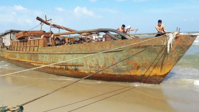 Một tàu sắt 'lạ' dạt vào bờ biển Quảng Nam