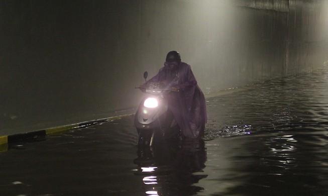 Đà Nẵng: Hầm chui trăm tỉ biến thành sông sau một cơn mưa