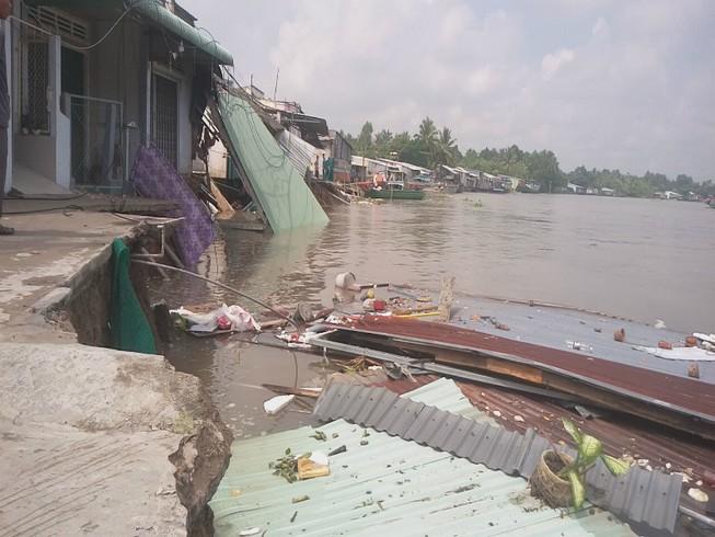 5 căn nhà bờ sông Ô Môn bị sụp xuống sông