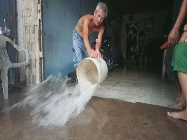 Cận cảnh người dân Cần Thơ bị nước ngập 'tấn công'