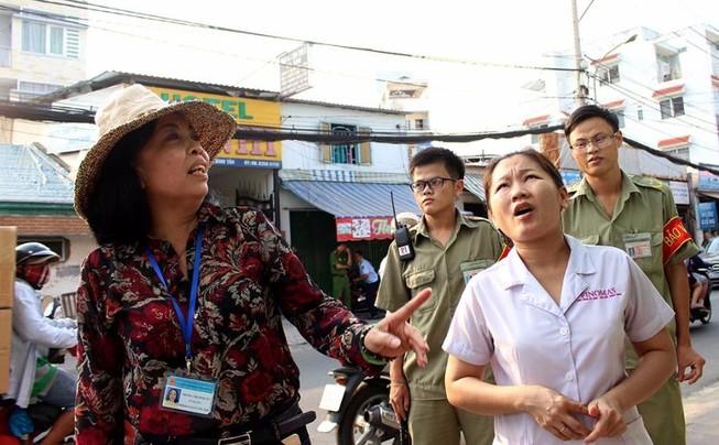 Nữ chủ tịch phường Bình Trị Đông B xăn tay dẹp vỉa hè