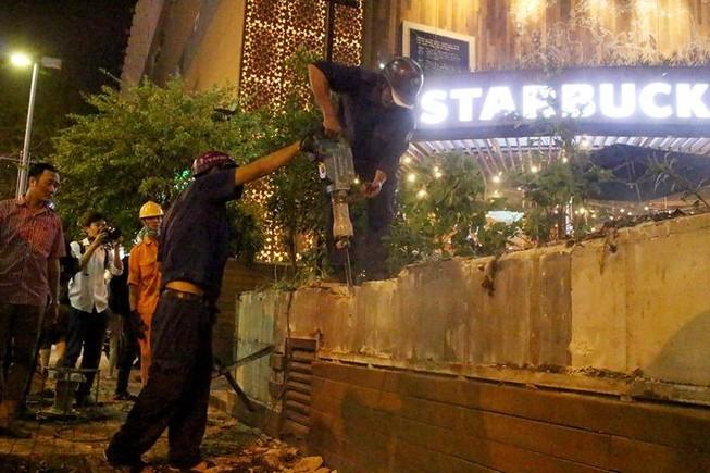 Quận 1 cẩu hàng rào quán cà phê Starbucks