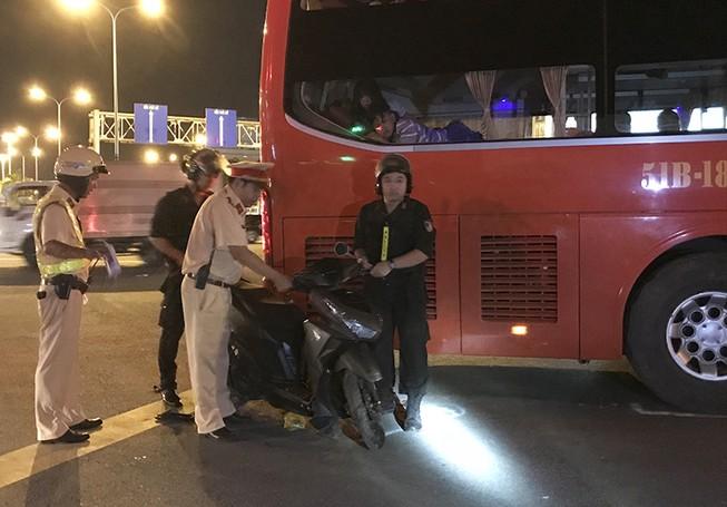 Bất chấp CSGT, xe khách ôm cua đè bẹp thanh niên đi xe máy