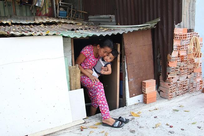 Nhà dân ở Bình Thạnh bị biến thành 'hầm' khi nâng đường