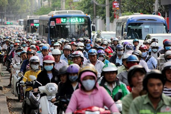 Xe cộ xếp hàng dài đường Điện Biên Phủ giờ tan tầm