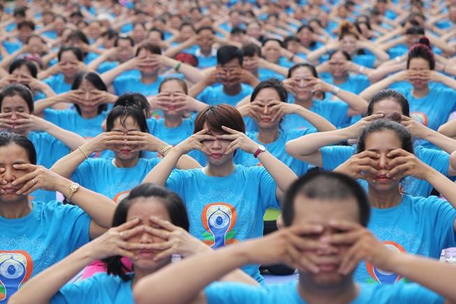 Gần 2.000 người trình diễn yoga ở phố đi bộ Nguyễn Huệ