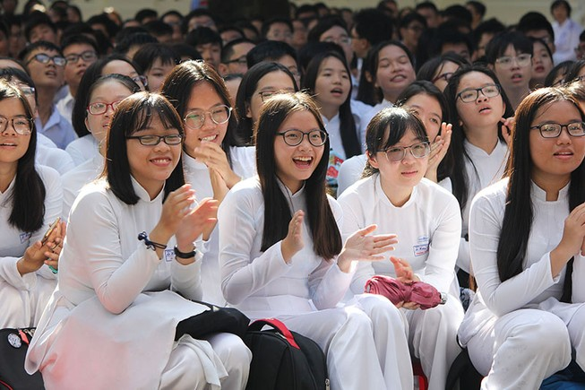 Nữ sinh Lê Hồng Phong rạng rỡ trong ngày khai giảng