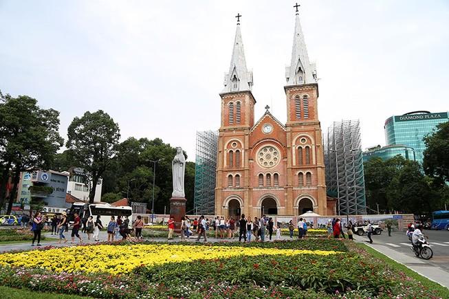 Công viên trước nhà thờ Đức Bà thay áo mới
