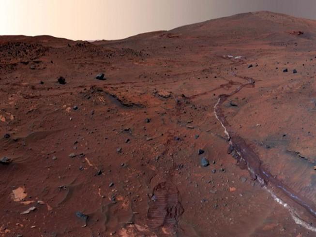 NASA tiết lộ hình ảnh bức tường khổng lồ trên sao Hỏa