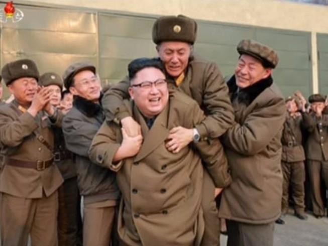Bức ảnh ông Kim Jong-un cõng 'người lạ mặt' gây xôn xao