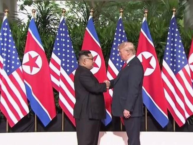 Ông Trump, ông Kim có màn bắt tay lịch sử trong 12 giây