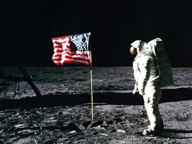 Phi hành gia Buzz Aldrin cắm lá cờ Mỹ trên bề mặt trăng sau khi ông và cộng sự Neil Armstrong trở thành những người đầu tiên đặt chân lên mặt trăng. Ảnh: NASA