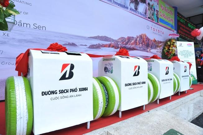 Bridgestone trao tặng thùng rác thông minh cho Đầm Sen