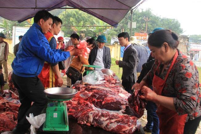 Nườm nượp người mua thịt trâu chọi gần triệu bạc một ký