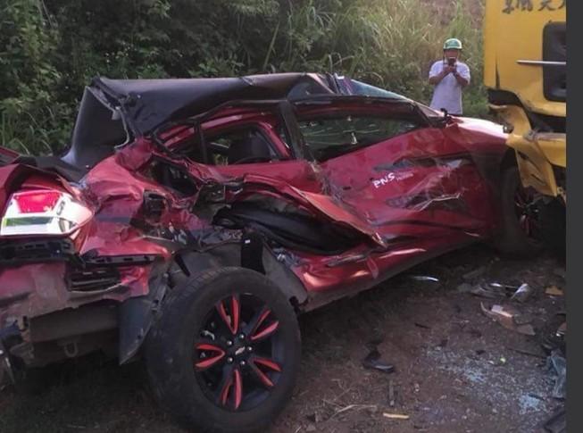 Ô tô biến dạng sau cú tông của xe tải, 4 người thương vong