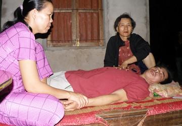Một người tâm thần bị đánh nằm liệt giường