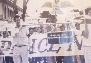 Đi biểu tình bằng máy bay của Nguyễn Cao Kỳ