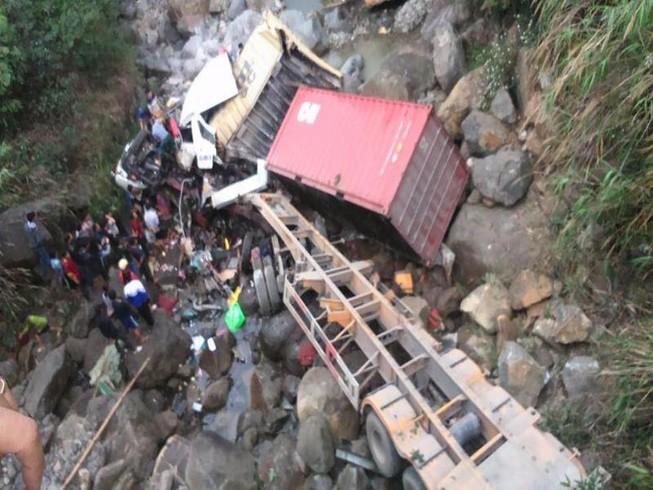 Container, xe tải lao xuống suối, 4 người bị thương