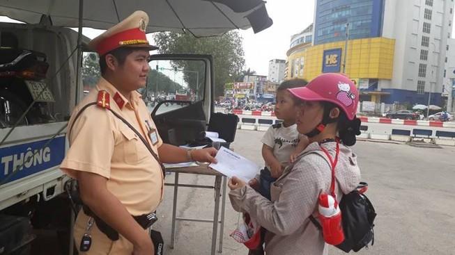 Cảnh sát giao thông giúp hai mẹ con bị xe ôm lừa