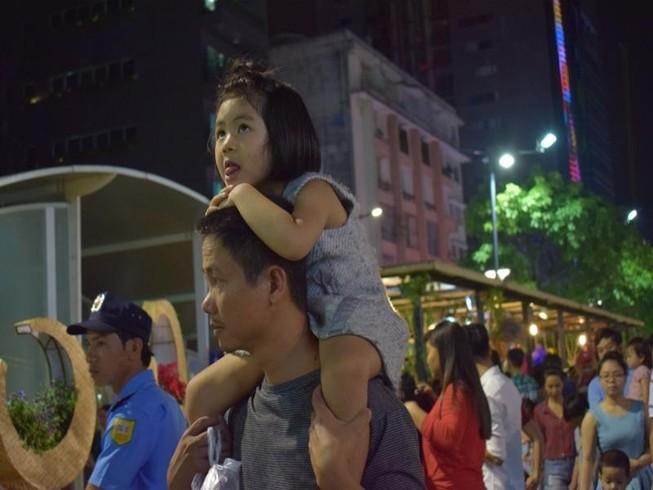 Chùm ảnh: Dân nô nức về đường hoa Nguyễn Huệ