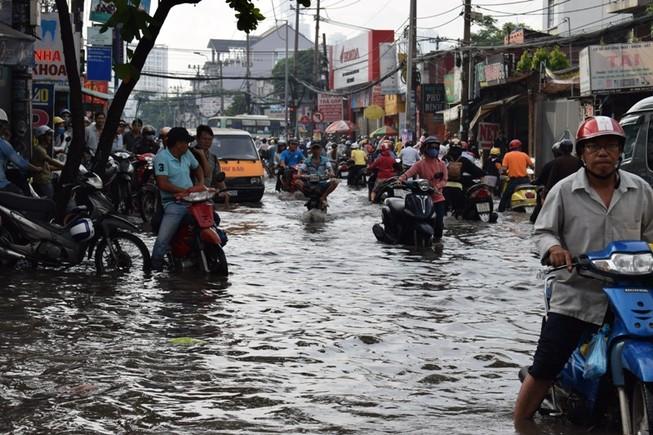 Ngập nặng đường hóa sông, hàng trăm xe chết máy la liệt