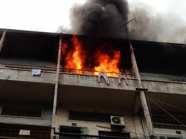 Cháy căn hộ chung cư, cụ ông 60 tuổi tháo chạy ra ngoài