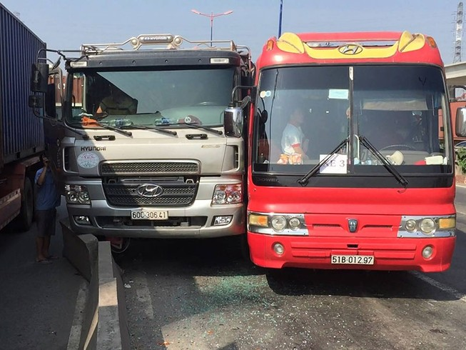 Xe chở 40 học sinh húc hông xe ben trên xa lộ Hà Nội