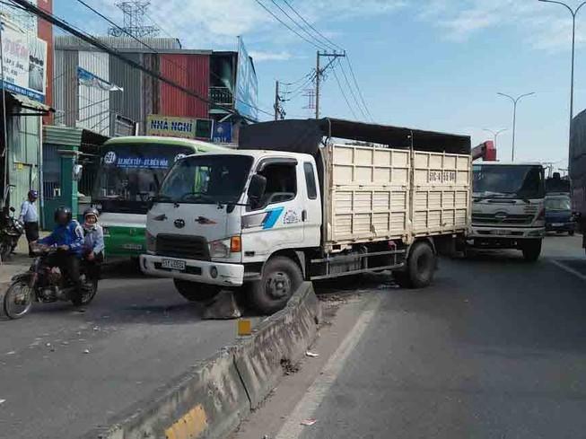 Xe tải mất thắng ở Bình Tân làm người dân hoảng vía