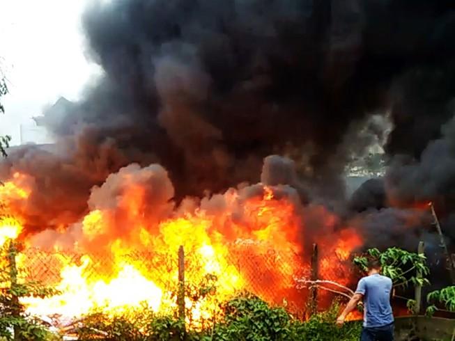 Dân hoảng loạn khi bãi tập kết cao su, mút xốp phát hỏa