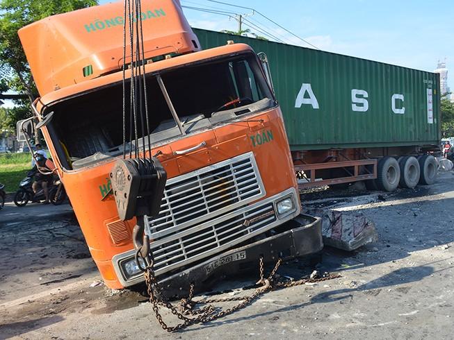 Container lao qua làn xe máy, tông văng dải phân cách