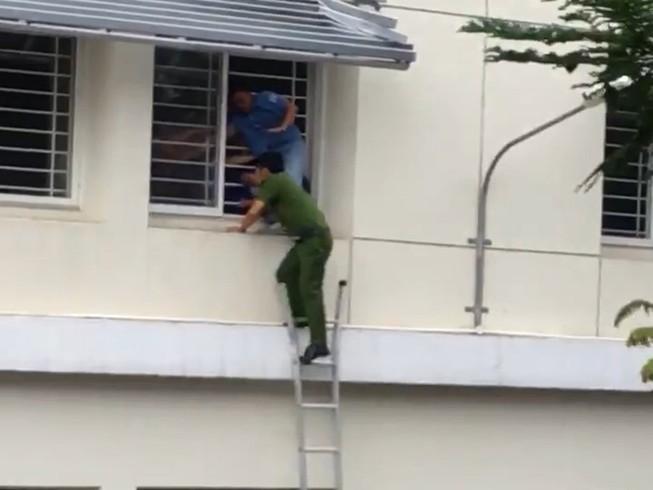 Gay cấn: Cảnh sát giải cứu sinh viên nhảy lầu vì điểm thấp