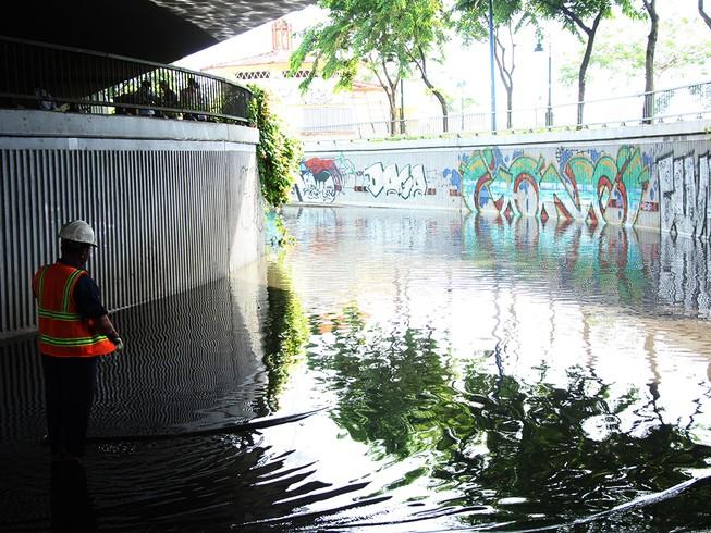 Hầm chui cầu Khánh Hội ngập nửa mét sau mưa lớn