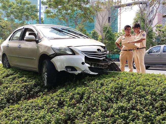 Đụng xe cứu hỏa, ô tô văng lên lề đường Mai Chí Thọ