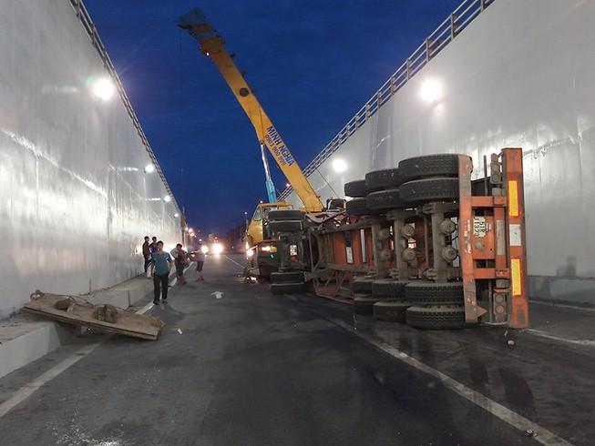 Tiếp tục lật container trong hầm chui Mỹ Thủy