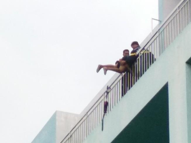 Thất tình, thanh niên 19 tuổi đòi nhảy lầu ở BV Trưng Vương