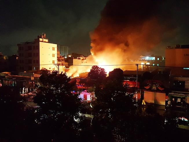 Vừa xong trận World Cup, lửa bùng phát dữ dội từ kho vải