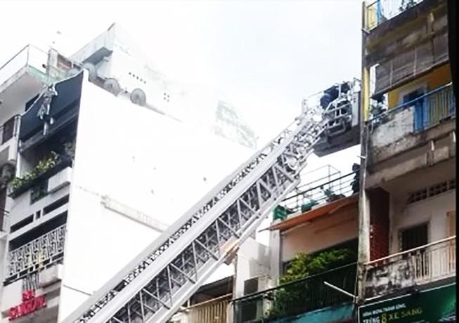 Cháy dữ dội tiệm bánh ở phố Tây, 2 cụ già mắc kẹt