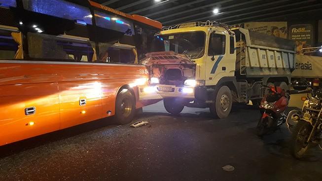 2 ô tô tông nhau ở Hàng Xanh, người trên xe khách hoảng loạn