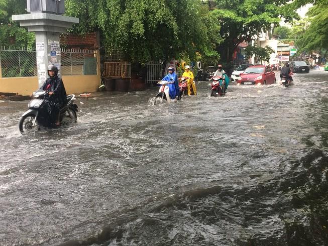 Mưa ngập bao vây khu biệt thự ở Sài Gòn