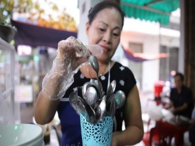Dùng muỗng không rãnh để tránh ngộ độc thực phẩm