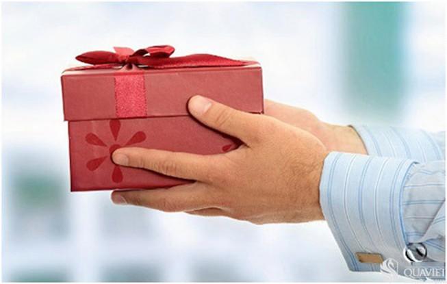 Bị cách chức vì tặng quà cho cấp trên