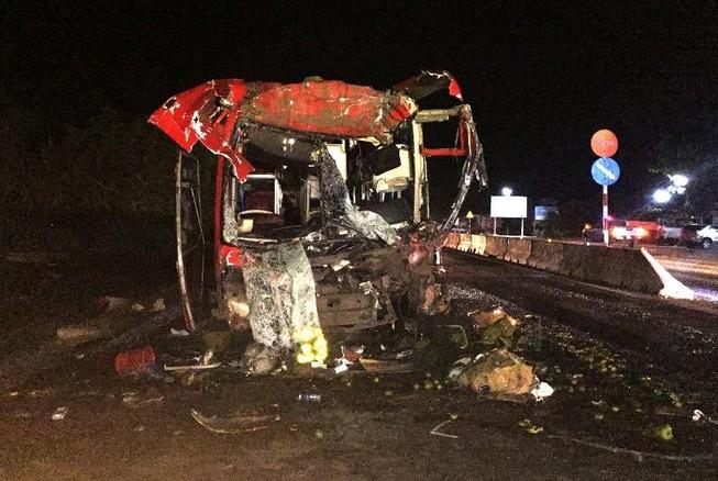Xe khách lao vào đuôi ô tô tải, 12 người bị thương