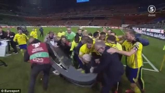 """Cầu thủ Thụy Điển ăn mừng """"nổi loạn"""", De Rossi nổi giận"""