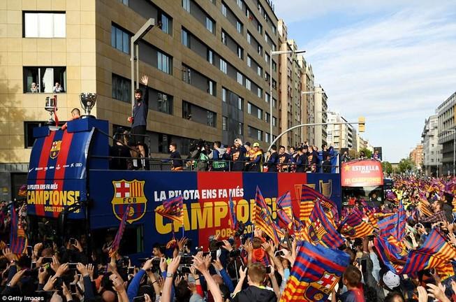 Barcelona diễu hành hoành tráng mừng 'cú đúp' vô địch