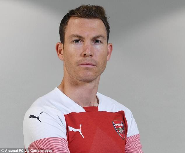 Bản hợp đồng đầu tiên của Arsenal là với... 'ông già' 34 tuổi