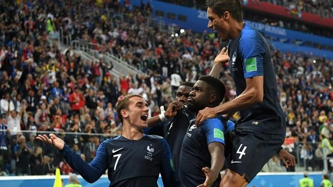 Trung vệ Umtiti trở thành người hùng của tuyển Pháp khi ghi bàn duy nhất giúp đội nhà thắng Bỉ 1-0 để lọt vào trận chung kết World Cup 2018.