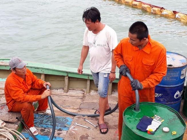 Bắt đầu hút dầu để trục vớt tám tàu chìm ở Quy Nhơn