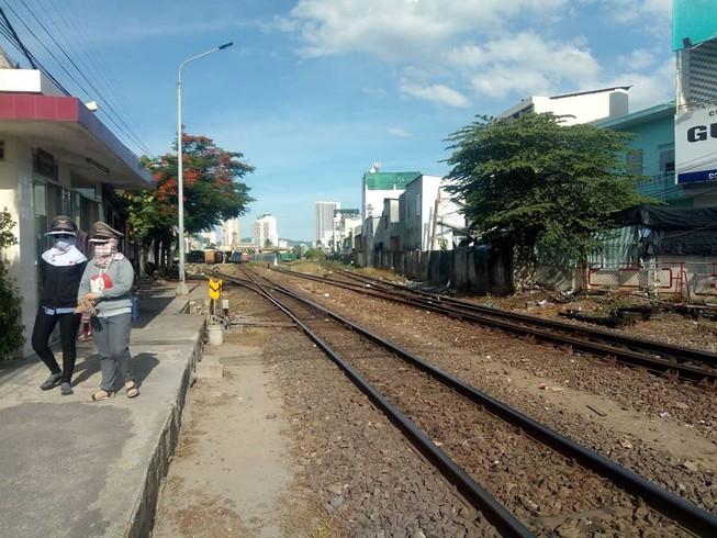 2 tàu vào cùng đường ray, suýt tông nhau tại ga Nha Trang