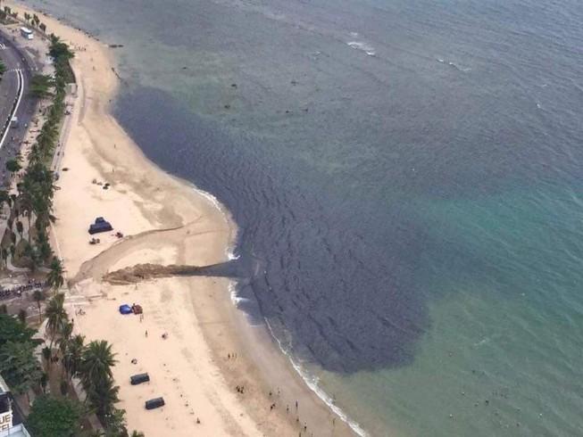 Nha Trang: Nước thải 'đen ngòm' chảy ra vịnh gây ô nhiễm