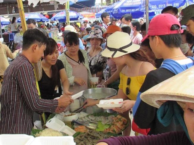 Hàng ngàn người chen nhau đến lễ hội bánh dân gian